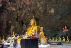 Het Hol van Khaoluang in Phetchaburi, Thailand, met een groot binnen aantal beelden van Boedha Stock Afbeelding