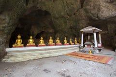 Het Hol van Khaoluang in Phetchaburi, Thailand, met een groot binnen aantal beelden van Boedha Stock Fotografie