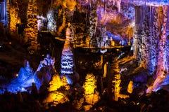 Het hol van stalactietenstalagmieten Stock Afbeeldingen