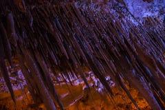 Het hol van stalactietenstalagmieten Stock Foto's