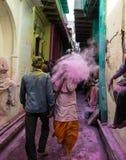 Het Holifestival in Barsa en Mathura India is een avontuur wanneer de mensen op elkaar gekleurd poeder werpen Royalty-vrije Stock Fotografie