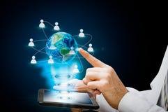 Het hologram van de aardetablet Nieuwe technologieën van communicatie tussen mensen Bedrijfsontwikkeling Stock Foto
