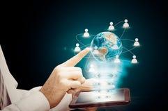Het hologram van de aardetablet Nieuwe technologieën van communicatie tussen mensen Bedrijfsontwikkeling Stock Fotografie