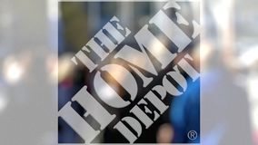 Het Home Depot-embleem op een glas tegen vage menigte op steet Het redactie 3D teruggeven Stock Foto's