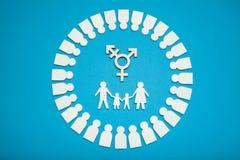 Het homoseksuele concept van de mensenfamilie Het paar van de goedkeuringstranssexueel royalty-vrije stock afbeeldingen