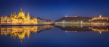 Het Hongaars Parlement en Liberty Statue, Boedapest Royalty-vrije Stock Foto's