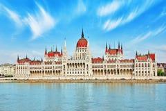 Het Hongaarse Parlement bij dag De Mening van Boedapest van Donau rive Royalty-vrije Stock Afbeelding