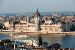 Het Hongaarse Parlement in Boedapest over de Donau Stock Foto