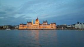 Het Hongaarse Parlement die de avond inbouwen royalty-vrije stock foto's