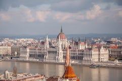 Het Hongaarse Parlement die op de bank van de Donau in Boedapest voortbouwen Stock Afbeelding
