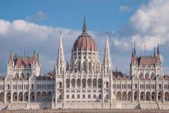 Het Hongaarse Parlement die op de bank van de Donau in Boedapest voortbouwen Stock Fotografie