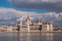 Het Hongaarse Parlement die op de bank van de Donau in Boedapest voortbouwen Stock Afbeeldingen
