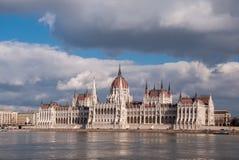Het Hongaarse Parlement die op de bank van de Donau in Boedapest voortbouwen Stock Foto's