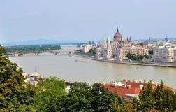 Het Hongaarse Parlement die op de bank van de Donau - Boedapest voortbouwen Stock Foto