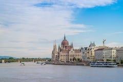 Het Hongaarse Parlement die op de rivier van Donau in Boedapest voortbouwen Stock Afbeeldingen