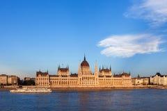 Het Hongaarse Parlement door de Rivier van Donau bij Zonsondergang in Boedapest Royalty-vrije Stock Afbeelding