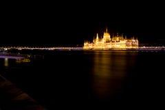 Het Hongaarse Parlement en Rivier Donau bij Nacht Royalty-vrije Stock Afbeeldingen