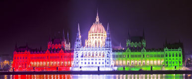 Het Hongaarse parlement in nationale kleuren royalty-vrije stock afbeelding