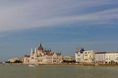 Het Hongaarse Parlement op de dijk van de rivier van Donau Stock Afbeeldingen