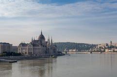 Het Hongaarse Parlement op de dijk van de rivier van Donau Royalty-vrije Stock Foto