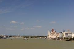 Het Hongaarse Parlement op de dijk van de rivier van Donau Stock Afbeelding