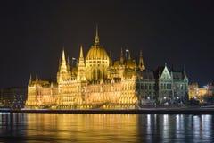 Het Hongaarse parlement stak omhoog bij nacht aan. Stock Fotografie