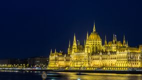 Het Hongaarse Parlementsgebouw bij nacht - Boedapest stock foto's