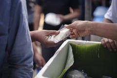 Het hongerprobleem van de armen: de dakloze mensen ontvangen voedsel en liefdadigheid royalty-vrije stock foto's
