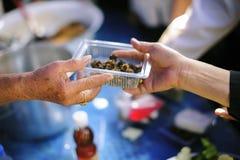 Het hongerprobleem van de armen: de dakloze mensen ontvangen voedsel en liefdadigheid royalty-vrije stock foto