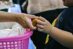 Het hongerprobleem van de armen: de dakloze mensen ontvangen voedsel en liefdadigheid royalty-vrije stock afbeelding