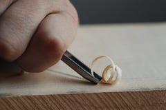 het hoofd de handenwerk van ` s met een houten oppervlakte, een beroeps doet houten ambachten Royalty-vrije Stock Foto