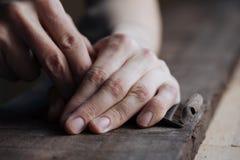 het hoofd de handenwerk van ` s met een houten oppervlakte, een beroeps doet houten ambachten Stock Foto's