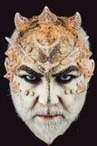 Het hoofd met doornen of wratten, gezicht wordt behandeld die met schittert omhoog, sluit Demon op ernstig gezicht, zwarte achter royalty-vrije stock fotografie