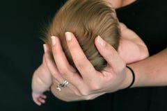 Het Hoofd van de Baby van de holding Royalty-vrije Stock Foto's