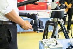 Het hoofd van de mensenholding van geavanceerd technisch en de moderne automatische 3d laser tasten voor het meten of omgekeerde  stock foto