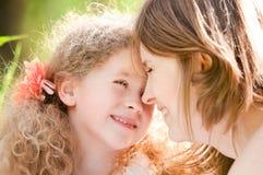 Het hoofd van de moeder en van de dochter - - hoofd Stock Afbeeldingen