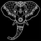 Het hoofd van de zwart-witte olifant in de Indische stijl van Mehndi VectordieIllustratie op zwarte achtergrond wordt geïsoleerd Stock Afbeeldingen