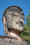 Het hoofd van een oude het standbeeldclose-up van Boedha De ruïnes van de oude boeddhistische tempel Wat Phra Kaeo Kamphaeng Phet stock afbeelding
