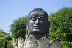 Het hoofd van een zwart close-up van Boedha Oud beeldhouwwerk in de Boeddhistische tempel van Wat Tummikarat Ayutthaya, Thailand stock afbeelding