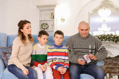Het hoofd van familie, vader en echtgenoot verdeelt de weddenschap van de familiebegroting Royalty-vrije Stock Afbeeldingen