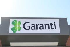 Het hoofd van Garanti-Bank met hemel van de machine van Garanti ATM in Engin Boulevard in Marmaris, Mugla, Turkije stock afbeeldingen