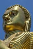 Het hoofd van het reuze 30 meter hoge gouden standbeeld van Boedha bij de Gouden Tempel in Dambulla in Sri Lanka Stock Afbeeldingen