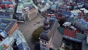 Het hoofd vierkante satellietbeeld van Letland aan de stad met oude gebouwen stock video