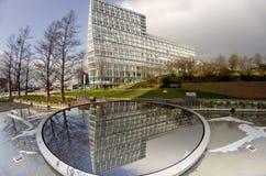 09/03/2014 het hoofdartikel van Liverpool Engeland De lange die bouw in water wordt weerspiegeld Stock Fotografie