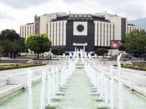 Het hoofdartikel wordt het Nationale Paleis van Cultuur en fonteinen gezien Stock Foto