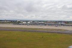 Het hoofdgebouw en het belangrijkste tarmac van Luchthaven de van Zuid- Brussel van Charleroi stock foto's