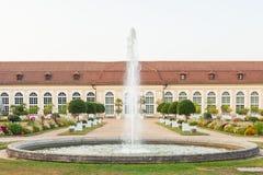 Het hoofdgebouw van de Oranjerie en de fontein in het Central Park van Ansbach stock foto