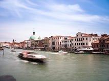 Het hoofdkanaal van Venetië, Italië met boten door Ferrovia Royalty-vrije Stock Afbeelding