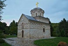 Het hoofdklooster Hopovo van de steenkerk in Servië Stock Foto