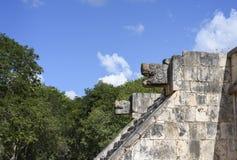 Het hoofdstandbeeld van de steenjaguar bij het Platform van Eagles en de Jaguaren in Mayan Ruïnes van Chichen Itza, Mexico Stock Foto's
